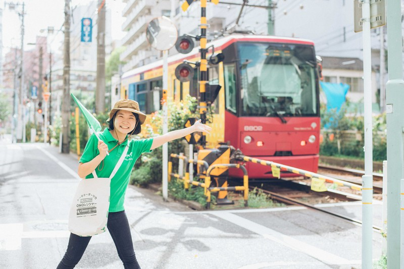 「ご近所ガイドOMO(おも)レンジャー」が大塚の街の魅力を紹介する=星野リゾート提供