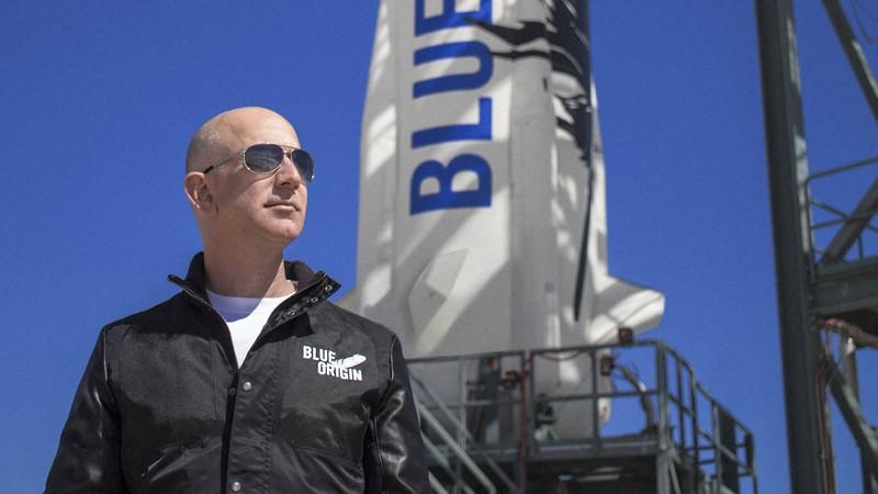 宇宙開発ベンチャー「ブルーオリジン」の宇宙船「ニューシェパード」と創業者ジェフ・ベゾス氏=ブルーオリジン提供