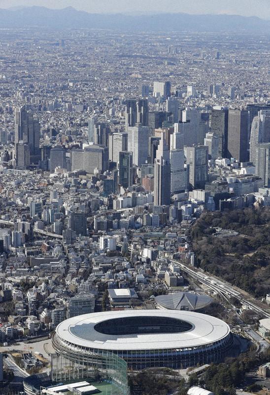 東京五輪・パラリンピックのメインスタジアムの国立競技場=東京都新宿区で2021年2月16日午後1時44分、本社ヘリから