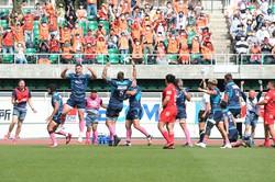 TLプレーオフトーナメント準々決勝で神戸製鋼を破り喜ぶクボタの選手たち。母の日にちなみ、ピンクのソックスを着用した=クボタスピアーズ提供