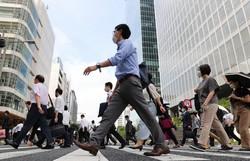 4回目の緊急事態宣言が発令され、マスク姿で通勤する人たち=東京都中央区の東京駅八重洲口で2021年7月12日午前8時25分、長谷川直亮撮影