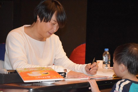 Nobumi is seen signing an autograph for a child in Tsu, Mie Prefecture, in this file photo dated Nov. 24, 2018. (Mainichi/Ayaka Morita)