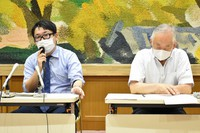 Hiroki Ishiguro, left, the chief defense lawyer for a Vietnamese woman accused of abandoning the corpses of her twin boys, is seen at a press conference following the court ruling on her case, in the city of Kumamoto's Chuo Ward on July 20, 2021. (Mainichi/Yuki Kurisu)