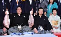 New Yokozuna Terunofuji, left, is seen on July 21, 2021. (Mainichi)