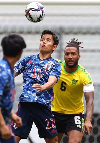 東京オリンピック代表発表直前の国際親善試合ジャマイカ戦にU24日本代表として出場した久保建英(左)=豊田スタジアムで2021年6月12日、宮武祐希撮影