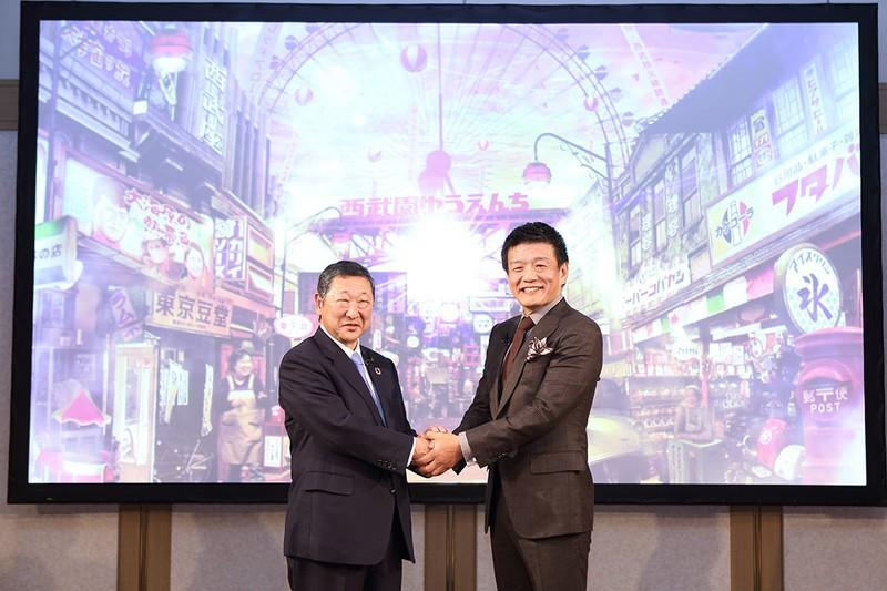 森岡毅さん(右)。2020年1月に西武園ゆうえんち再生の計画概要を発表。西武ホールディングス、後藤高志社長(左)からの直々の依頼だった 西武ホールディングス提供