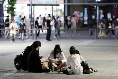 東京五輪の開会式直前に、新宿・歌舞伎町の路上で酒を飲む若者たち=東京都新宿区で2021年7月23日、小出洋平撮影