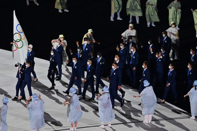 入場行進する難民選手団=国立競技場で2021年7月23日午後8時39分、宮間俊樹撮影