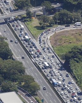 Vehicles heading out of the Tokyo area are seen backed up near the Yokohama-Machida interchange on the Tomei Expressway in Yokohama's Midori Ward on July 22, 2021. (Mainichi)