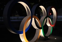 A monument showing the Olympic rings is seen in Tokyo's Shinjuku Ward on Jan. 18, 2021. (Mainichi)
