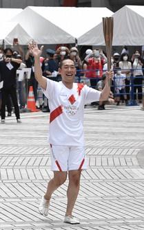 Kabuki actor Nakamura Kankuro waves as the last torchbearer of the final leg, in Tokyo's Shinjuku Ward on July, 23, 2021. (Mainichi/Kimi Takeuchi)