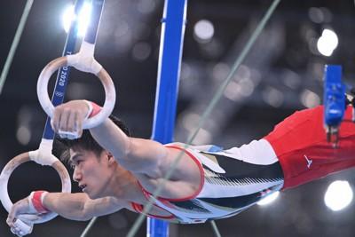男子予選でつり輪の演技をする橋本大輝=有明体操競技場で2021年7月24日、宮間俊樹撮影