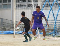 Myanmar national goalkeeper Pyae Lyan Aung plays soccer with an elementary school player in Osaka Prefecture on June 27, 2021. (Mainichi)