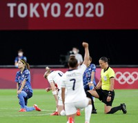 Yui Hasegawa, left, and others take the knee before the women's soccer match between Japan and Great Britain at Sapporo Dome on July 24, 2021. (Mainichi/Taichi Kaizuka)