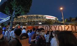 東京オリンピック開会式当日、会場の国立競技場周辺に集まった人たち=2021年7月23日、平川義之撮影