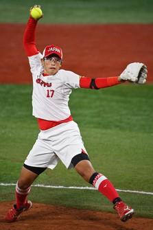 Japan's Yukiko Ueno pitches in the Tokyo Olympic softball final against the United States, at Yokohama Baseball Stadium in the city of Yokohama on July 27, 2021. (Mainichi/Takehiko Onishi)