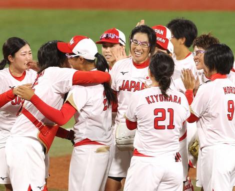 Japan's Yukiko Ueno, center right, and her teammates celebrate after beating the United States in the Tokyo Olympic softball final, at Yokohama Baseball Stadium in the city of Yokohama on July 27, 2021. (Mainichi/Junichi Sasaki)
