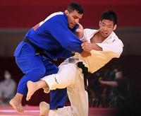 Judoka Takanori Nagase, right, defeats Mongolia's Saeid Mollaei in the men's 81-kg final, at the Budokan arena in Tokyo on July 27, 2021. (Mainichi/Noriko Tokuno)
