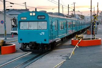 和田岬線の朝の上り列車が兵庫を目指す。朝夕のみ運行という特殊なダイヤは昔も今も変わらない=兵庫県の山陽線・和田岬-兵庫で2018年、金盛正樹撮影