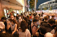 Crowds are seen packed in close together during the same time as the opening ceremony for the 2020 Tokyo Olympic Games was held, in Shibuya Ward, Tokyo, on July 23, 2021. (Mainichi/Yoshiyuki Hirakawa)