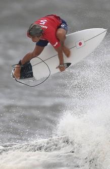 Japanese surfer Kanoa Igarashi is seen performing in the men's semifinal at Tsurigasaki Surfing Beach in Chiba Prefecture on July 27, 2021. (Mainichi/Rei Kubo)