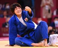 Japanese judoka Chizuru Arai is seen after beating Michaela Polleres of Austria in the women's -70 kg final in the Tokyo Olympics, at the Nippon Budokan arena on July 28, 2021. (Mainichi/Noriko Tokuno)