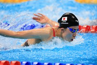 Japan's Yui Ohashi is seen swimming on her way to winning gold in the Tokyo Olympics' women's 200-meter individual medley final at the Tokyo Aquatics Centre, in Tokyo on July 28, 2021 (Mainichi/Naotsune Umemura)