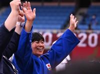 Japanese judoka Shori Hamada celebrates her Olympic gold medal win in the women's 78-kilogram class at the Nippon Budokan arena in Tokyo, on July 29, 2021. (Mainichi/Noriko Tokuno)
