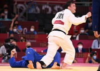 Japanese Olympic judoka Aaron Wolf, right, raises his fist after defeating South Korea's Cho Guham to take the gold medal in the men's 100-kilogram class at the Nippon Budokan arena in Tokyo, on July 29, 2021. (Mainichi/Noriko Tokuno)