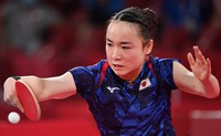 Japan's Mima Ito plays against Singapore's Yu Mengyu in the women's table tennis singles bronze medal match of the Tokyo Olympics on July 29, 2021, at Tokyo Metropolitan Gymnasium. (Mainichi/Takehiko Onishi)