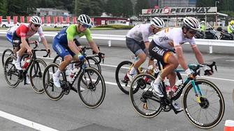 東京五輪の自転車男子ロードレースで、ゴール地点の富士スピードウェイ(奥)を目指して走る出場選手たち=静岡県小山町で2021年7月24日、平川義之撮影