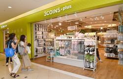 食料品や小型家電まで取り扱っている「スリーコインズプラス」=大阪市中央区で2021年7月13日、菱田諭士撮影