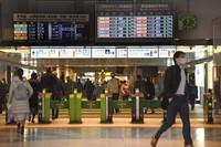 People wearing masks are seen at JR Tokyo Station in the capital's Chiyoda Ward. (Mainichi/Hiroshi Maruyama)