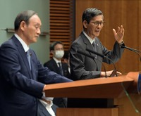 Shigeru Omi, right, head of the government's coronavirus countermeasures subcommittee, is seen speaking at a press conference following the decision to expand a state of emergency declaration to three capital region prefectures and Osaka Prefecture, at the prime minister's office in Tokyo on July 30, 2021. Prime Minister Yoshihide Suga is seen on the left. (Mainichi/Kan Takeuchi)