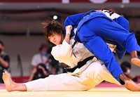 Japanese 70-kilogram division judoka Chizuru Arai, left, grapples with Clarisse Agbegnenou of France in the mixed team final of the Tokyo Olympic judo competition at the Nippon Budokan arena in Tokyo on July 31, 2021. (Mainichi/Noriko Tokuno)