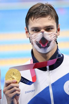 Russian swimmer Evgeny Rylov shows his 200-meter backstroke gold medal while wearing a cat mask at Tokyo Aquatics Centre on July 30, 2021. (Mainichi/Naotsune Umemura)