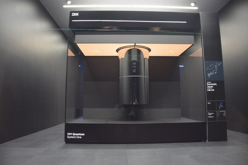 記者会見に先立って報道陣に公開された、米IBM製の最新の量子コンピューター=川崎市幸区のかわさき新産業創造センターで2021年7月26日午後4時7分、信田真由美撮影