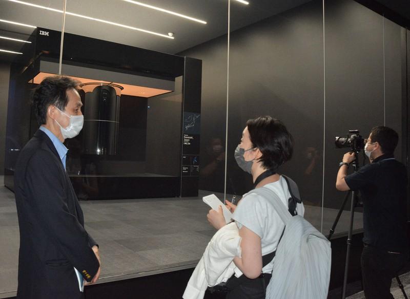 運用が始まった米IBM製の最新の量子コンピューターが、記者会見に先立って報道陣に公開された=川崎市のかわさき新産業創造センターで2021年7月26日午後4時34分、信田真由美撮影