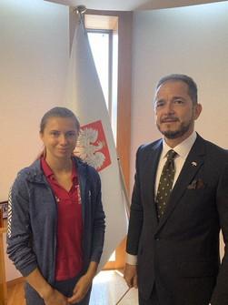 ポーランド大使館で保護されているツィマノウスカヤ選手(左)=ミレフスキ駐日ポーランド大使のツイッターより