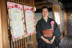 手書きの「矢口新聞」を発行するかえるかわる子さん。地元・茨城県土浦市への愛がほとばしる 撮影=蘆田 剛