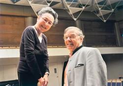 ウェルナー・ヒンクさん(右)と遠山慶子さん(2003年)
