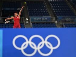 テニス女子シングルス3回戦、サーブを放つ大坂なおみ=有明テニスの森公園で2021年7月27日、宮間俊樹撮影