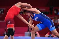 Japan's Yukako Kawai, right, battles Aisuluu Tynybekova of Kyrgyzstan in the Tokyo Olympics' women's 62-kilogram freestyle wrestling final at Makuhari Messe Hall in Chiba Prefecture on Aug. 4, 2021. (Mainichi/Noriko Tokuno)