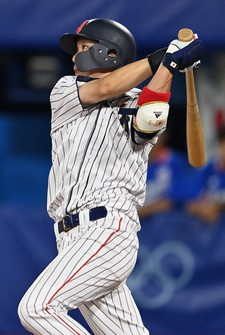 Tetsuto Yamada of Japan hits a three-run double during the eighth inning of the Tokyo Olympic baseball semifinal against South Korea on Aug. 4, 2021, at Yokohama baseball stadium. (Mainichi/Takehiko Onishi)