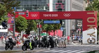 A rehearsal for the Tokyo Olympic race walking events is held outside Sapporo Station in Sapporo on Aug. 4, 2021. Temperatures in the streets were down to 27 degrees Celsius immediately after a spell of rain. (Mainichi/Taichi Kaizuka)
