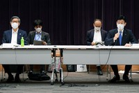 Yasutoshi Nishimura, right, minister in charge of Japan's COVID-19 response, speaks during a meeting in Tokyo on Aug. 5, 2021. Seen on the far left is Shigeru Omi, head of the government's COVID-19 countermeasures subcommittee. (Mainichi/Natsuki Nishi)