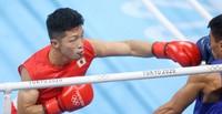 Ryomei Tanaka, left, punches Carlo Paalam, of the Philippines, during the Olympic boxing fly weight semifinal at Tokyo's Ryogoku Kokugikan, on Aug. 5, 2021. (Mainichi/Junichi Sasaki)