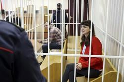出廷したボリセビッチさん(手前)と、死亡したボンダレンコさんの医療情報を明かしたとして起訴された医師(奥)=ミンスクで2021年2月19日、ベラルーシ国営ベルタ通信・AP