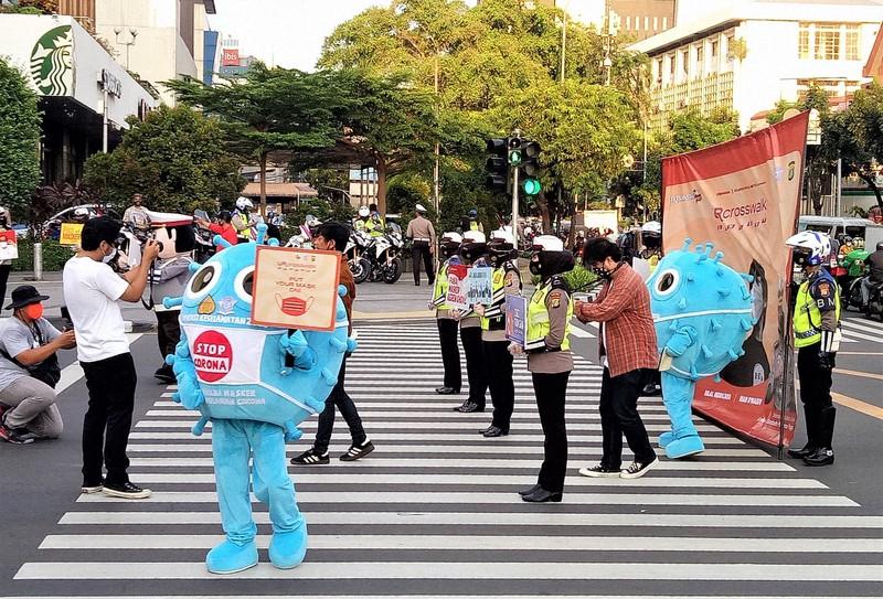 感染予防のためマスク着用を呼びかけるキャンペーン=インドネシア・ジャカルタで2020年9月、武内彩撮影