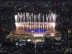 東京五輪の閉会式が行われている国立競技場で打ち上がる花火=2021年8月8日、手塚耕一郎撮影